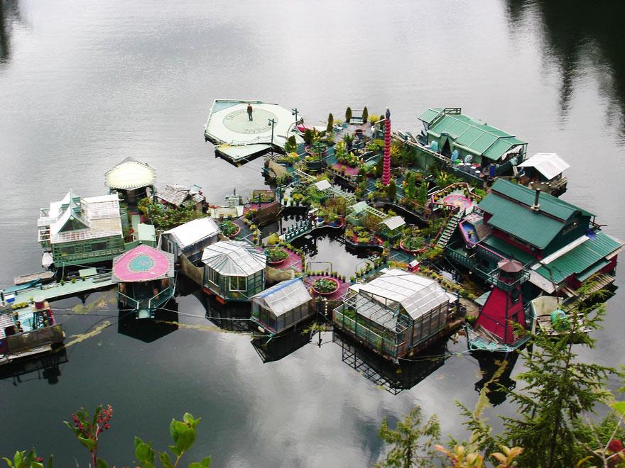 Плавучий дом включают в себя художественную галерею, студию, танцпол, и 5 теплиц