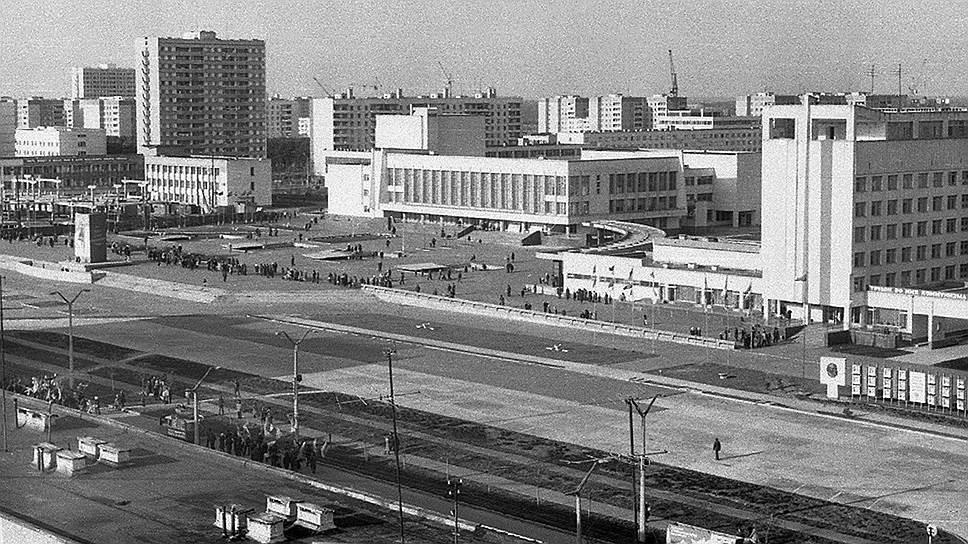 Строительство города и станции было объявлено всесоюзной ударной комсомольской стройкой, поэтому основную массу горожан составили комсомольцы со всего СССР