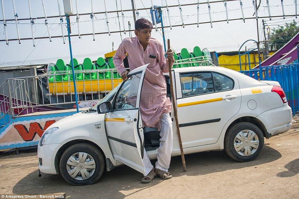 2,47 метров в высоту, только 5 сантиметров отделяют от мирового рекорда, это Дхармендра Сингха (Dharmendra Singh). Но из-за своей огромной высоты 32-летний Дхармендра, из Меерут, Уттар-Прадеш, никак не может найти свою любовь.