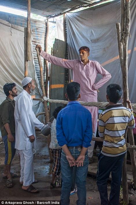 """Сосед Дхармендра, Суман, сказал: """"соседи много говорят о его росте какого не видели раньше, но он никогда не обращал внимания на то что говорят люди. Он всегда был очень оптимистичным и жизнерадостным человеком."""