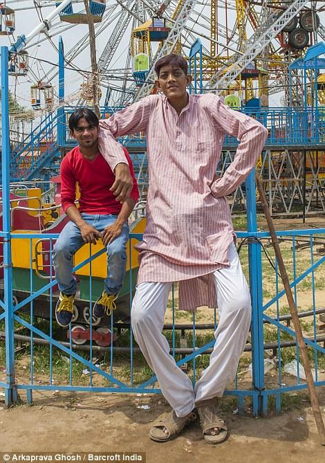 Если бы Дхармендра имел постоянную работу, он нашел бы девушку, но с его небольшими доходами и ухудшением здоровья никто не готов идти к алтарю с ним.