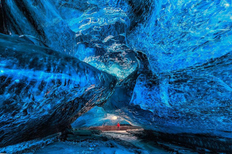 Ледяная пещера в Исландии.