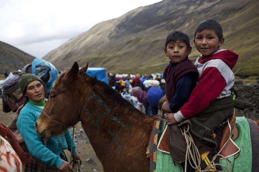 Дети на лошади у лагеря.