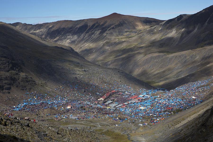 Паломники собираются в святилище специально созданного к фестивалю в Перу, 24 мая 2016 года.