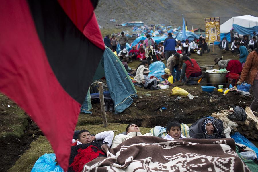 Паломники отдыхают в лагере.