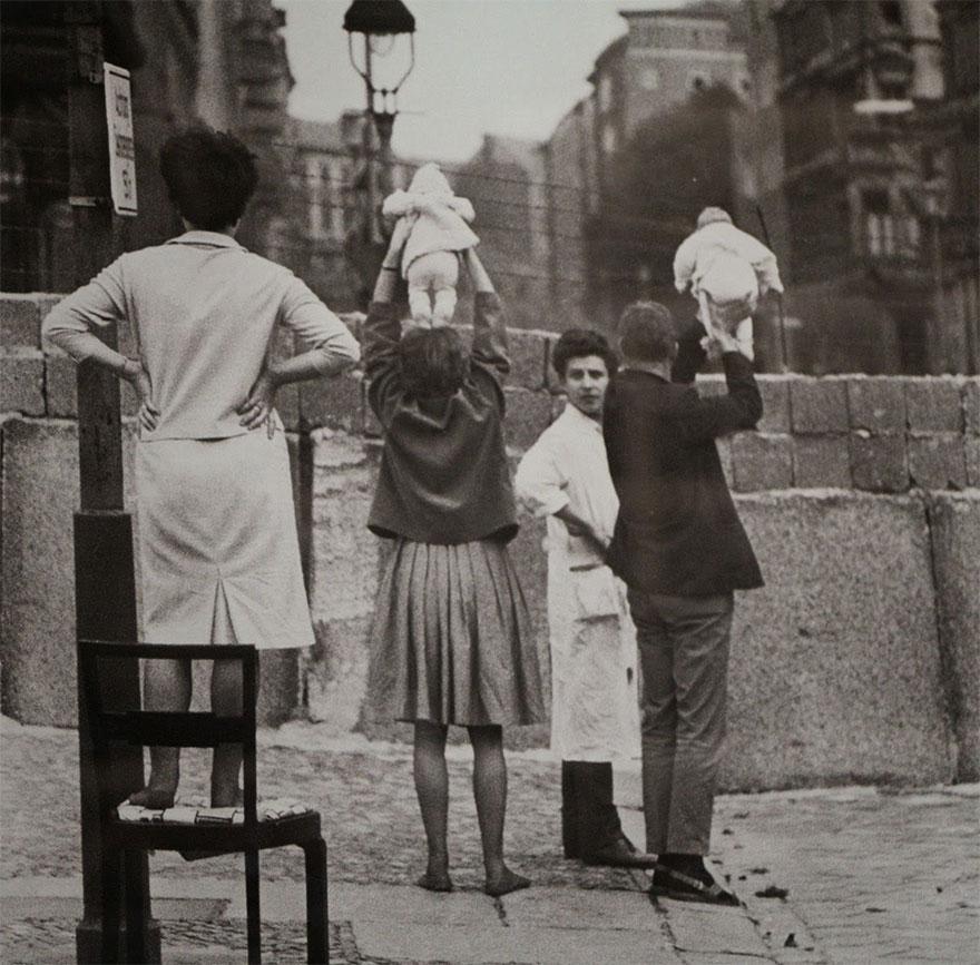 Жители западного Берлина показывают детей их бабушкам и дедушкам, которые проживают на восточной стороне, 1961 г.