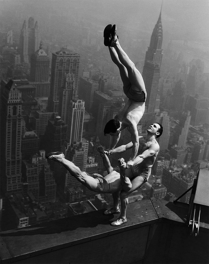 Акробаты балансируют на вершине Эмпайр-стейт-билдинг, 1934 г.