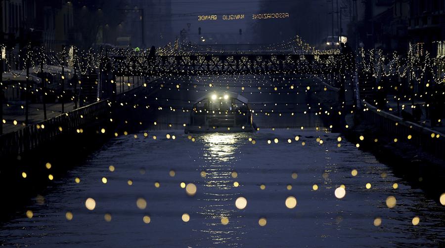 Туристическая лодка плавает по каналу Милан, Италия, 12 декабря 2016 года.