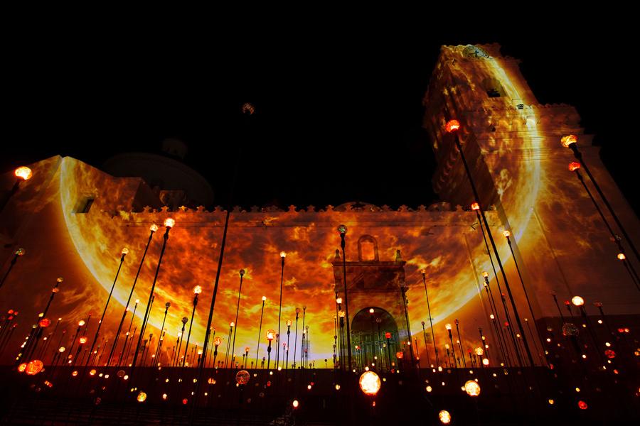 """Церковь """"La Merced"""", в историческом центре Кито, освещается во время светового шоу, 18 октября 2016 года."""