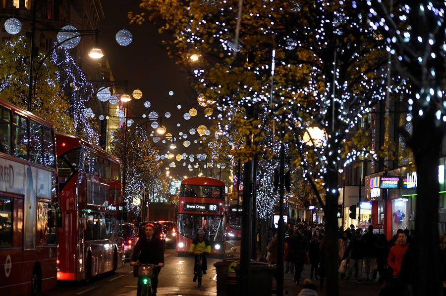 Рождественские огни на освещенном Оксфорд - стрит в Лондоне, Великобритания 9 декабря 2016 года.