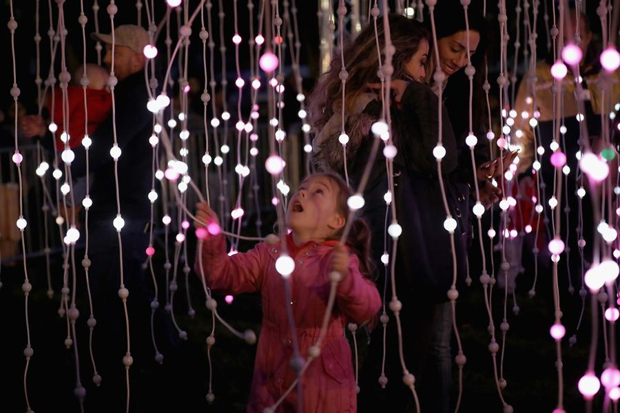 Девочка играет с светящими фонариками, 16 октября 2016 года в Лестере, Англия.