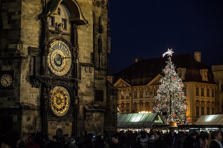 Освещенная Рождественская елка стоит у рынка за курантами на Староместской площади, 28 ноября 2016 года в Праге, Чехия.