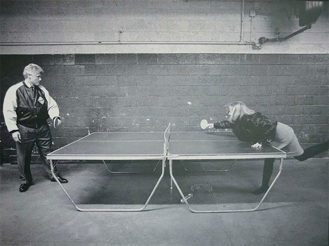 Билл Клинтон и Хиллари Клинтон играет в пинг-понг
