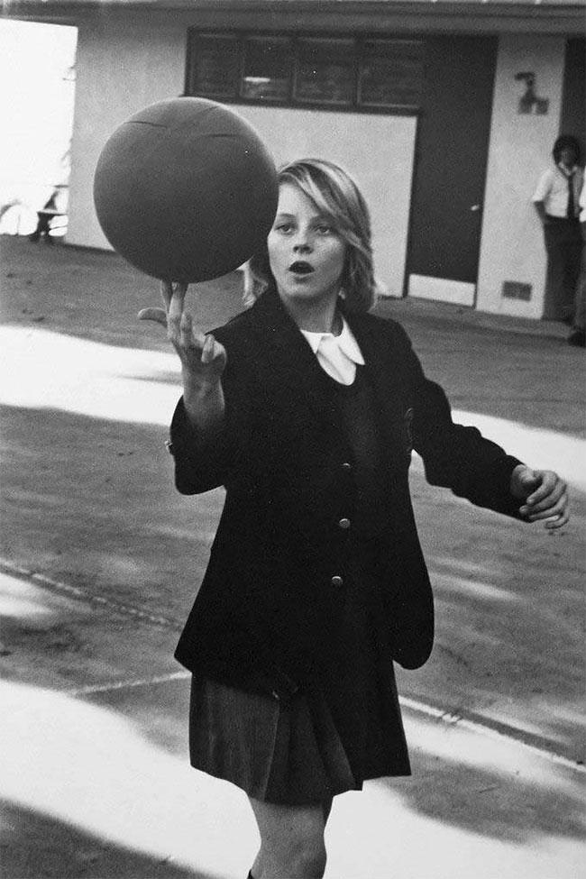 14 - летняя Джоди Фостер , показывает свои навыки баскетбола, в Лицее Лос - Анджелеса