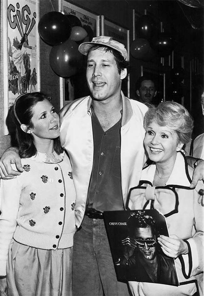 Кэрри Фишер, Чеви Чейз и Дебби Рейнольдс на вечеринке Хэллоуин 1980