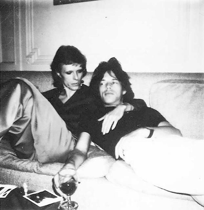 Дэвид Боуи и Мик Джаггер отдыхают на диване