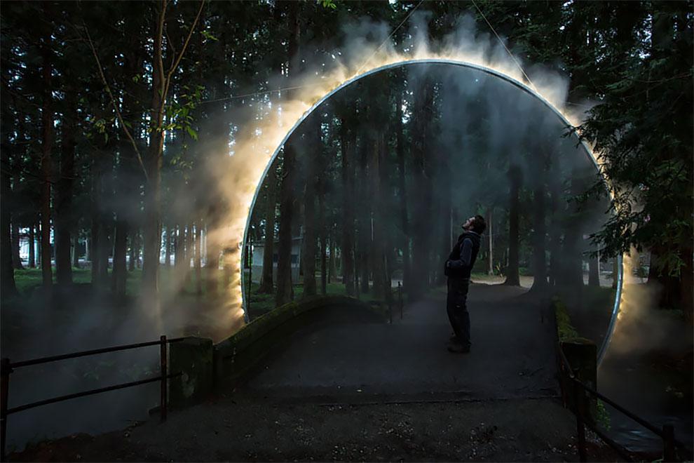 """В Японии установили скульптуру """"арка в тумане"""""""