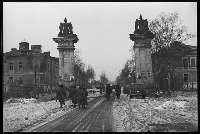 Освобожденная от немцев Гатчина. Гатчинские ворота и проспект 25 октября. Ленинградский фронт, 1943 год: