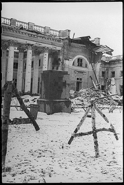 В освобожденном Пушкине. У разрушенного фашистами Александровского дворца немцы устроили кладбище для своих солдат и офицеров. Ленинградский фронт, 1943 год:
