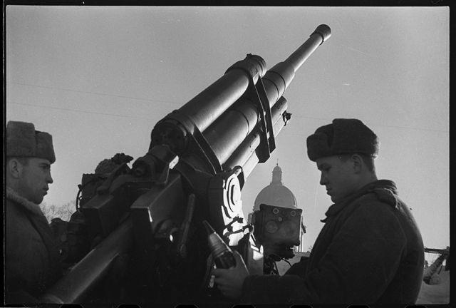 Расчет зенитного орудия сержанта Кочетова ведет огонь по вражеским самолетам. Ленинград, 1944 год: