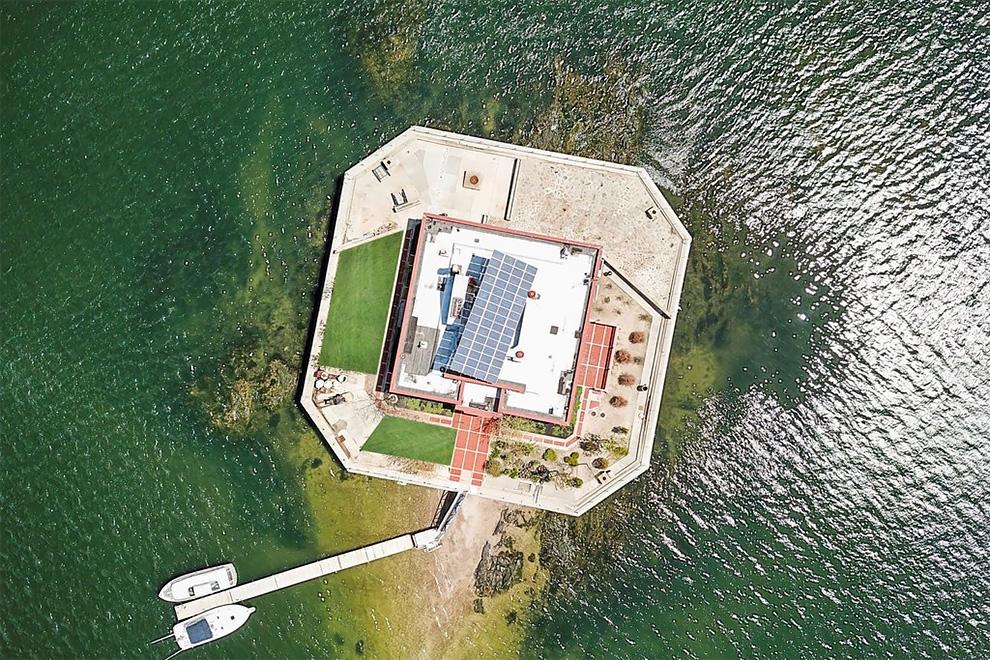 Этот остров для продажи, построенный как радиостанция в 1940-х годах