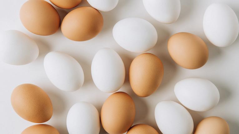 Чем отличаются белые куриные яйца от коричневых