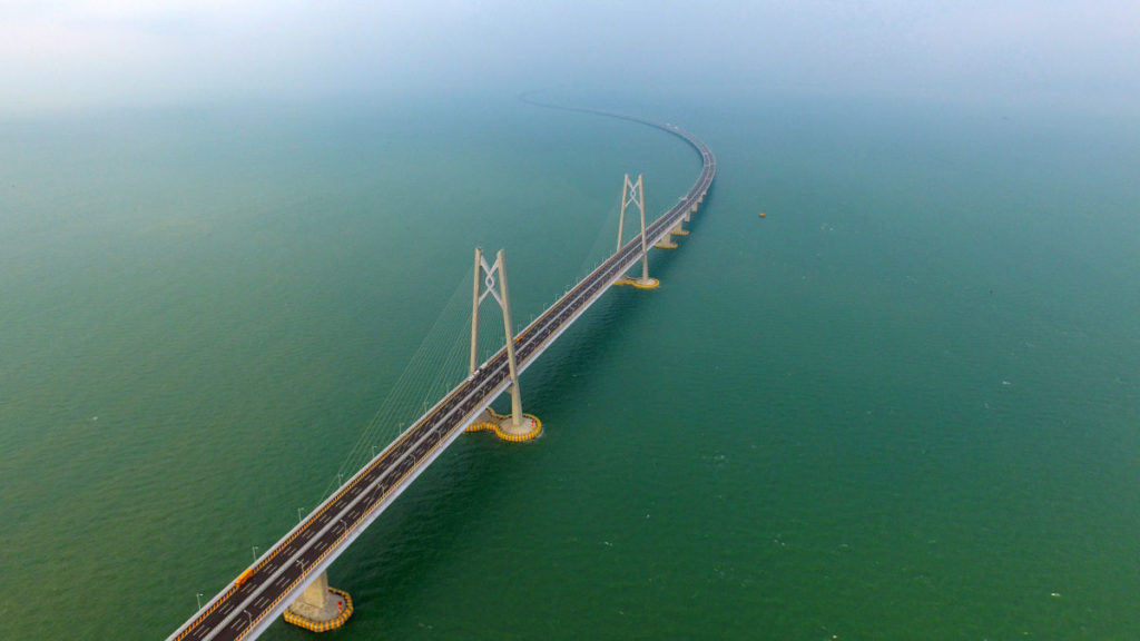 В Китае открывается самый длинный морской мост в мире, стали в котором хватило бы на 60 Эйфелевых башен