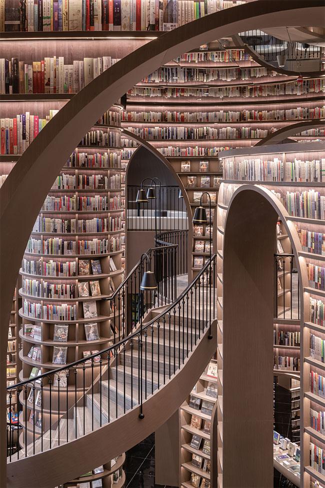 Зеркальный потолок делает книжный магазин похожим на бесконечную библиотеку