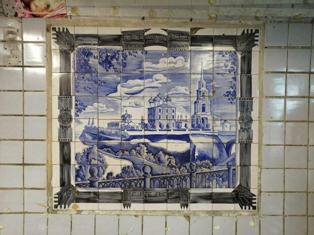 Советские фрески неожиданно обнаружили за торговыми павильонами