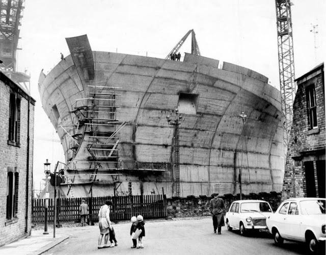 Потрясающие виды на строящийся танкер Эссо Нортумбрия в Уоллсенде, Великобритания, 1969 год