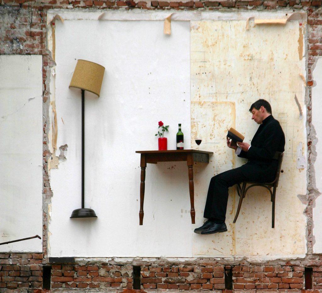 Наизнанку: художник живет на грани, в комнатах с привидениями