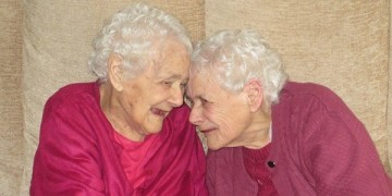 Взрослые близнецы, которые живут последние 100 лет вместе