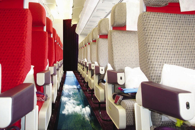 Airbus A320 с уникальным полом из стекла