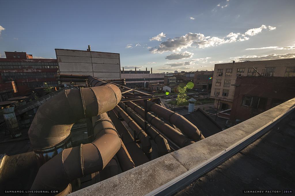 Поднимемся на крышу. Через всю территорию проходит множество эстакад, силовых коллекторов и трубопроводов.