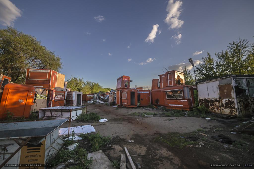 На одной из складских площадок завода обнаружились целые залежи старых ларьков сотовой связи.