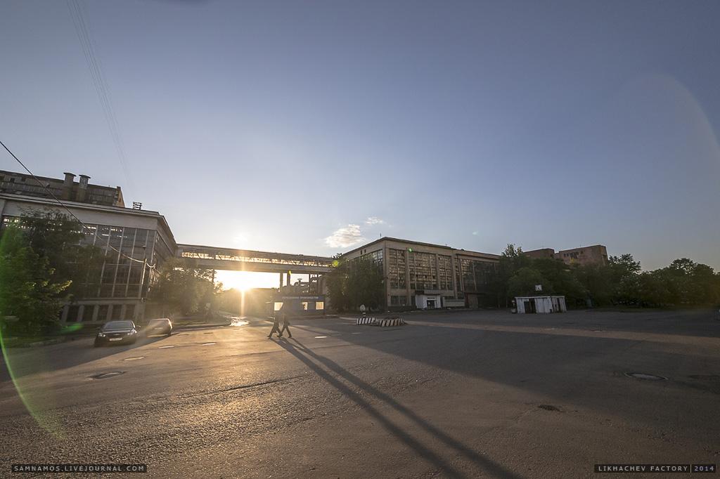 Большие просторные улицы - особенность ЗИЛа. Это не просто завод, а небольшой город в городе со всей необходимой инфраструктурой.