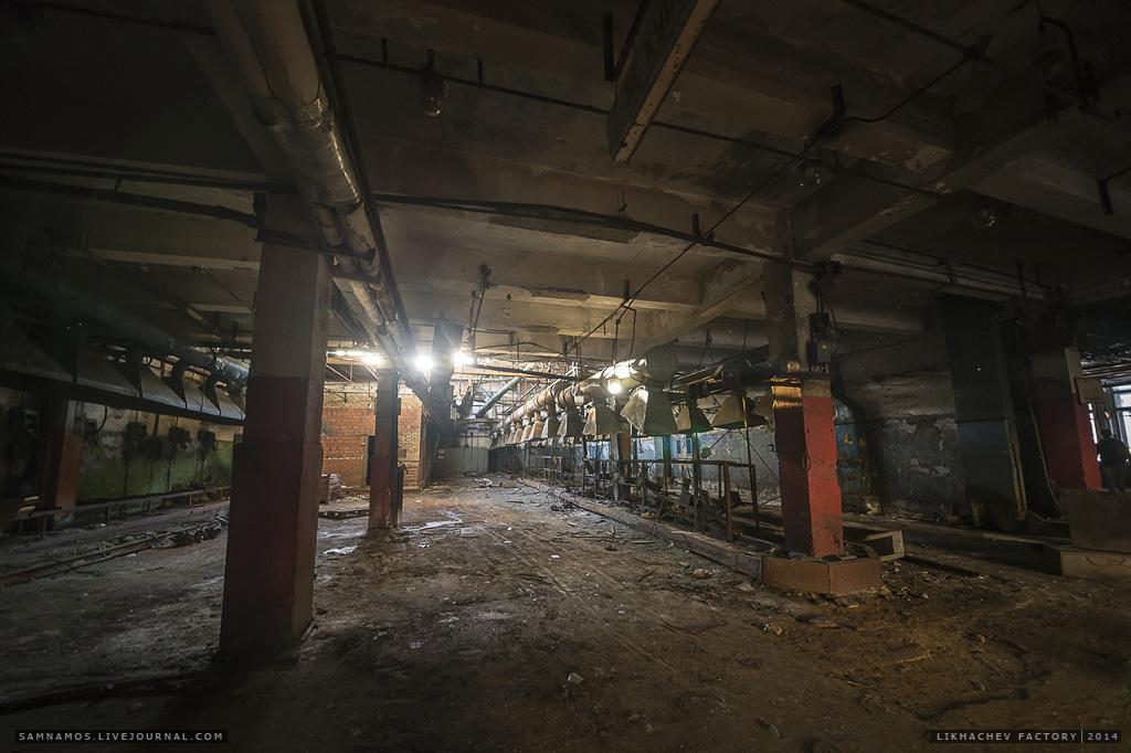 В этом заброшенному цеху работало даже рабочее освещение.