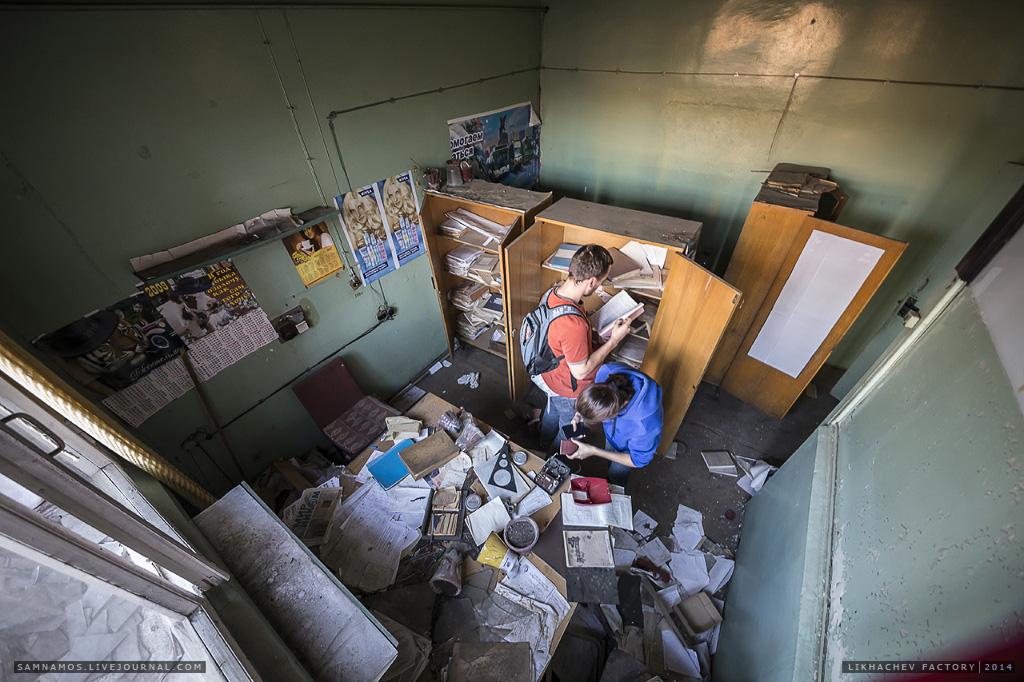 Несмотря на то, что здание заброшено, в шкафчиках сохранились множество папок с документацией, журналами работ, отчетов, докладов и чертежей.