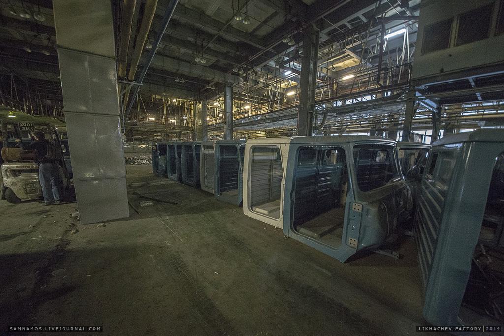 Посреди огромного пустующего зала на площадке с готовыми изделиями стоят новенькие кабины.