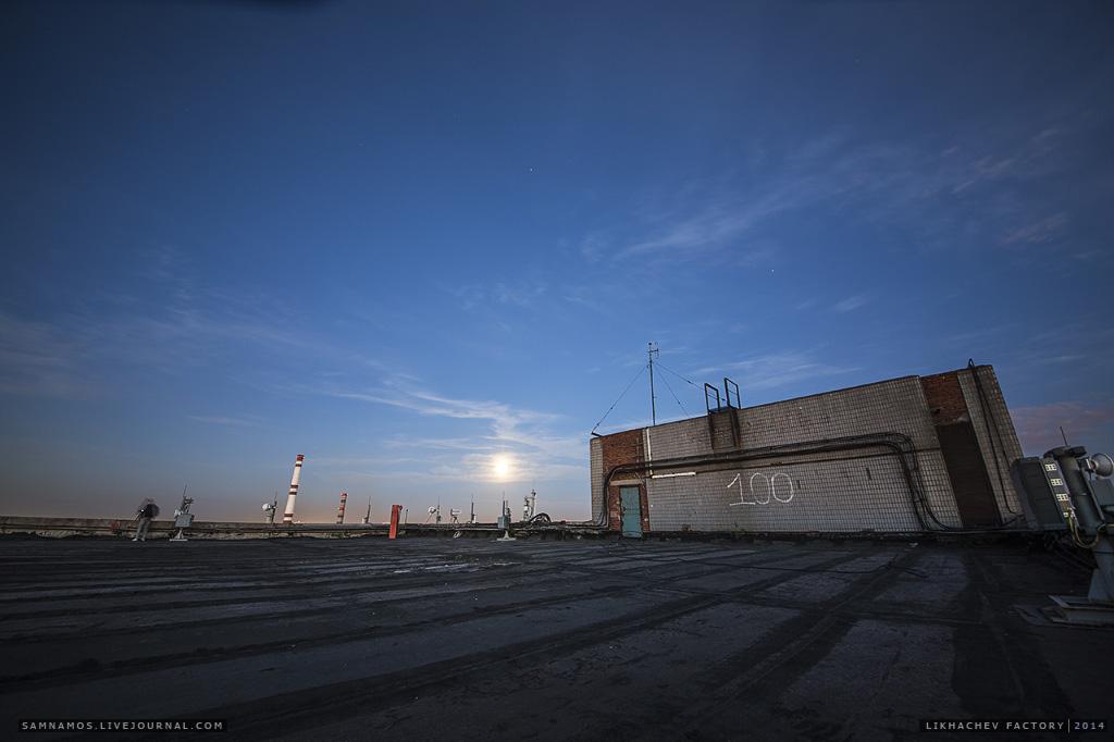 Крыша кузовного цеха огромна по своим масштабам. В длинну около 300 метров.