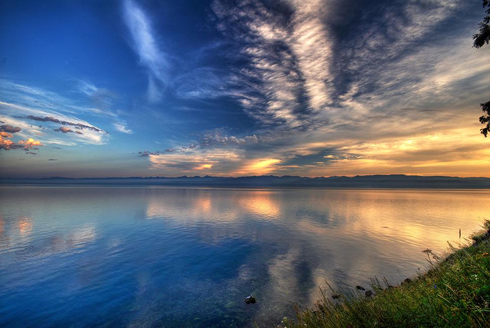 Байкал - самое глубокое озеро на Земле и крупнейший пресноводный водоем с высококачественной чистой водой.