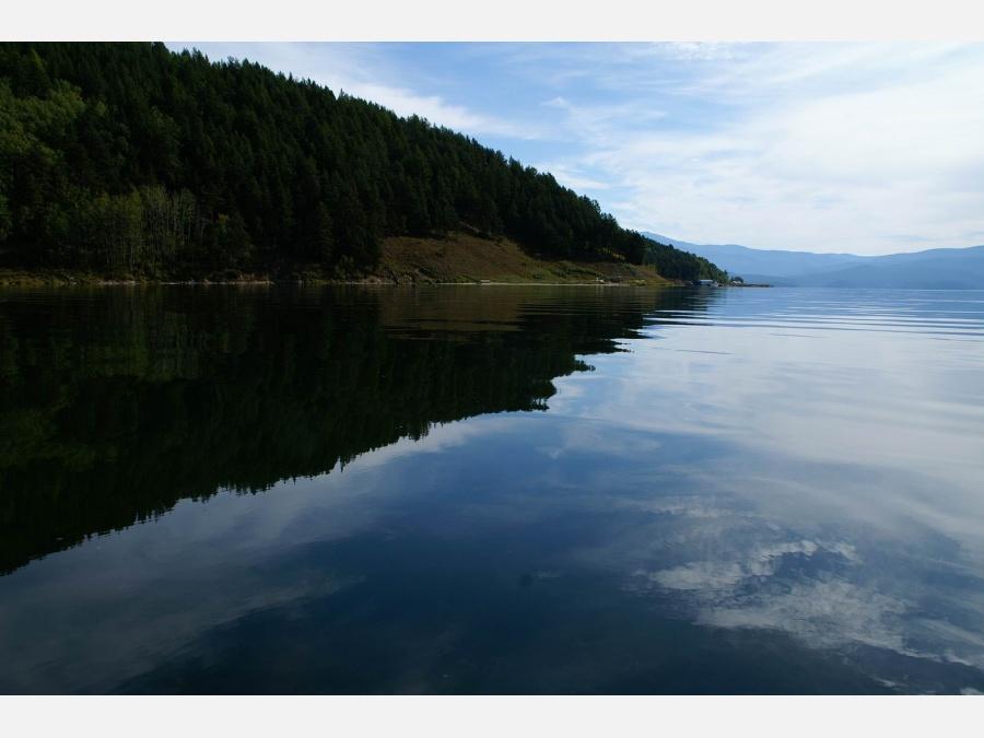 Объём воды в нём больше, чем во всех Великих озёрах Северной Америки, в 26 раз больше чем в Ладожском и в 82 раза больше чем в Онежском озере.
