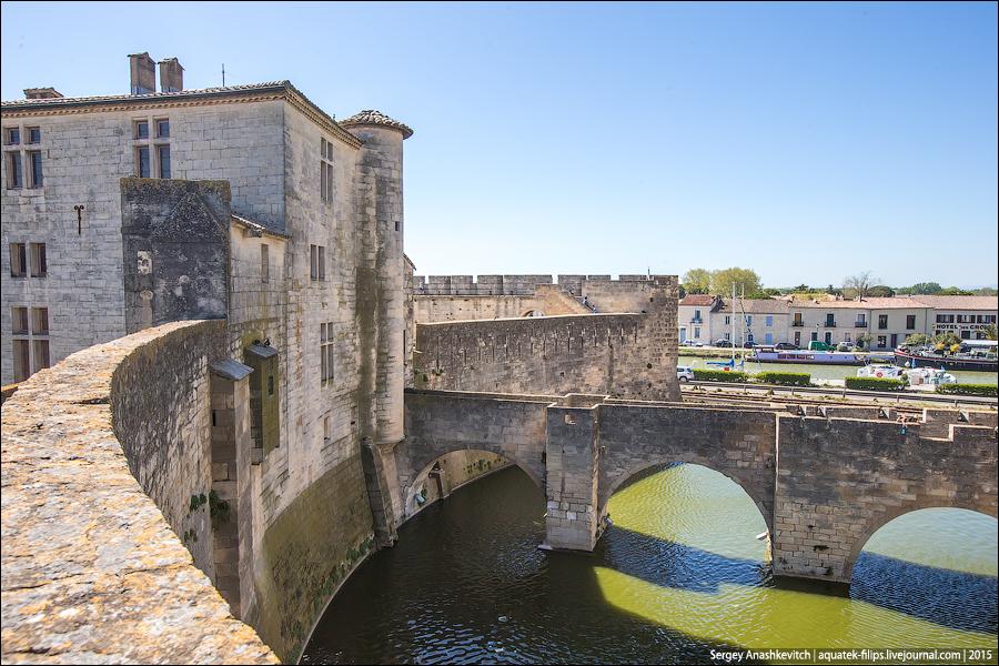 Городская стена опоясывает весь город и имеет длину 1650 м. Она строилась в два приема: первая часть при Филиппе III Смелом и вторая при Филиппе IV Красивом, и была завершена к 1300 году, превратив город в неприступную крепость.