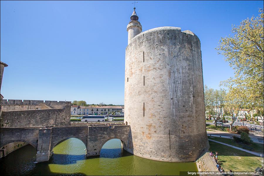 С 1575 по 1622 год Эг-Морт был одним из восьми городов — оплотов протестантизма. Во времена гугенотских войн знаменитая городская башня служила женской тюрьмой. Здесь же была заключена Мари Дюран известная тем, что отсидела 38 лет за нежелание сменить веру.