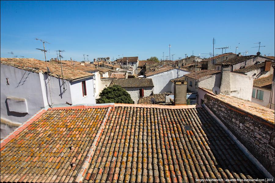 Сегодня это небольшой туристический городок, обладающий характерным историческим шармом и одной ногой оставшийся далеко в средних веках.