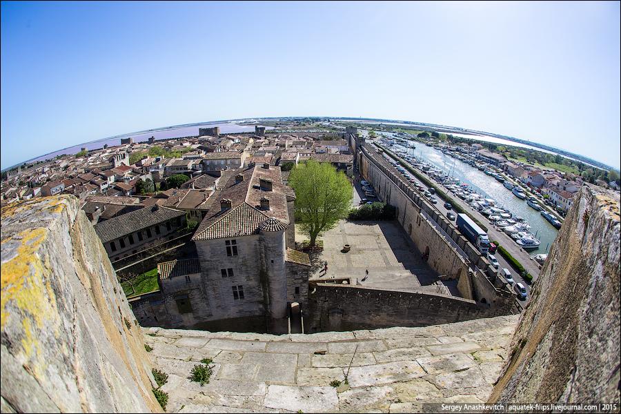Море ушло от Эг-Морта на 6 километров, но оставило соленые лиманы, на которых соль добывается до сих пор. Так же как и до нашего времени в идеальном состоянии сохранились городские стены, башни и ворота.