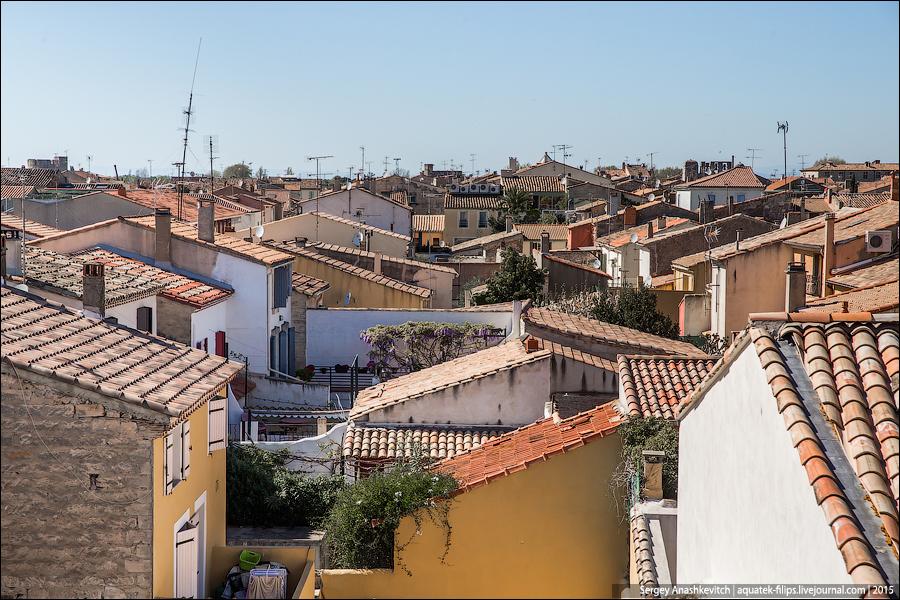 Благодаря стене можно взглянуть на черепичные крыши сверху...