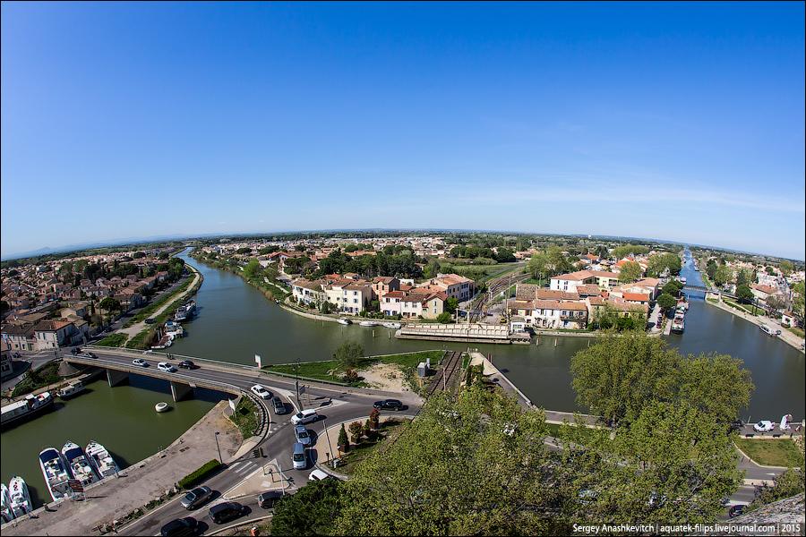 С верхней части башни открывается шикарный вид на реку Рону, каналы и современную часть Эг-Морта