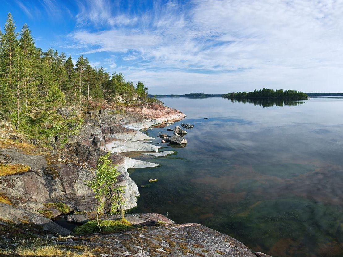 Северная и восточная части водоема относятся к Карелии. Западный, юго-восточный и южный берег Ладожского озера находятся в Ленинградской области.