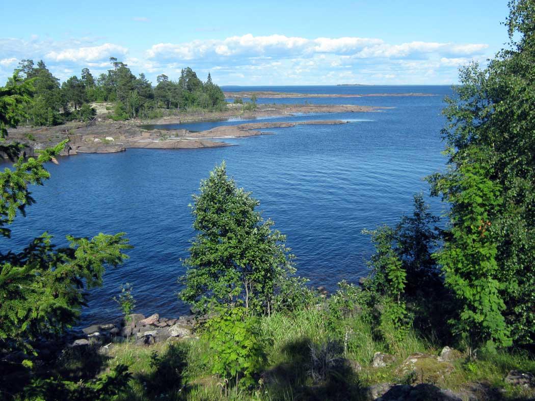 Озеро вмещает в себя 908 км³ воды. Пополнение водных ресурсов происходит главным образом за счет 35 впадающих рек. Вытекает из Ладоги всего лишь одна река – Нева.